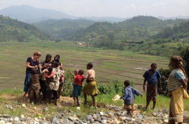 De nieuwsgierige mensen onderweg in Rwanda