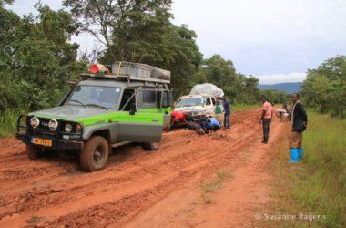 Ploeteren op de B8 in Tanzania